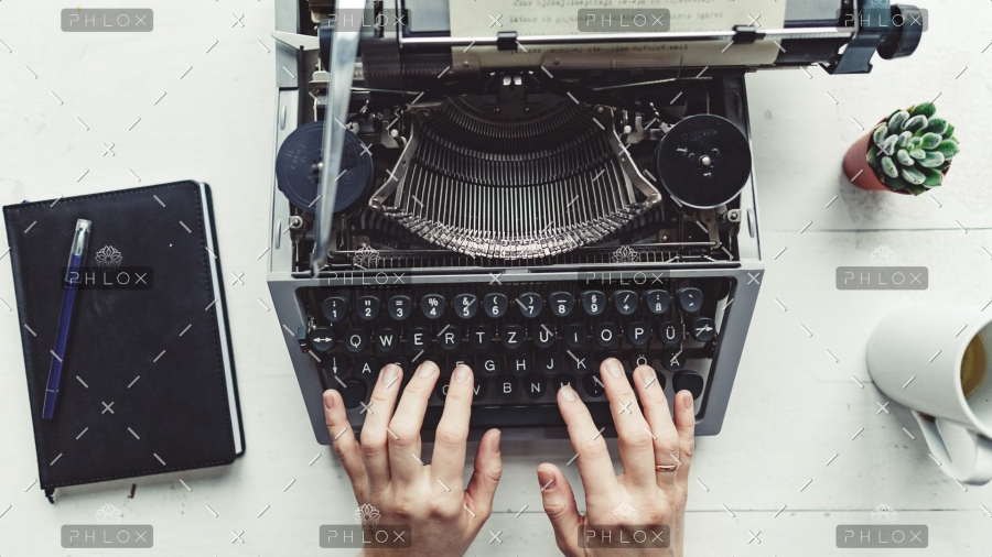 demo-attachment-8-writer-typing-with-retro-writing-machine-P8TG9RE